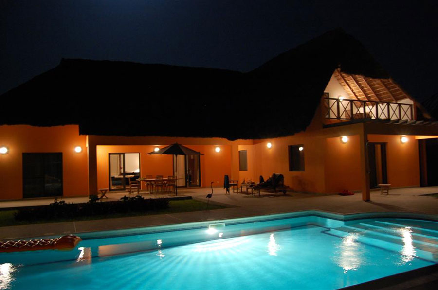 Maison villa vendre cap skirring senegal for Piscine eclairee la nuit